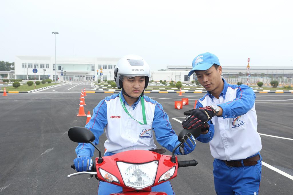Đào tạo bổ túc tay lái cho khách hàng đã có bằng lái xe máy