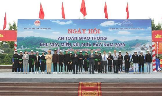 """Honda Việt Nam tham gia """"Ngày hội An toàn giao thông khu vực miền núi phía Bắc"""" và trao tặng 1.000 mũ bảo hiểm cho người dân Yên Bái"""