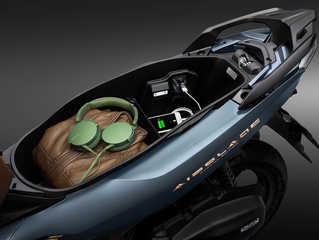 Cổng sạc trong cốp xe AB 150cc 2020