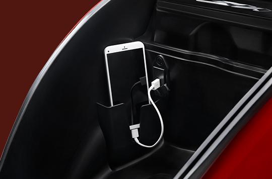 Hộc chứa đồ & cổng sạc USB